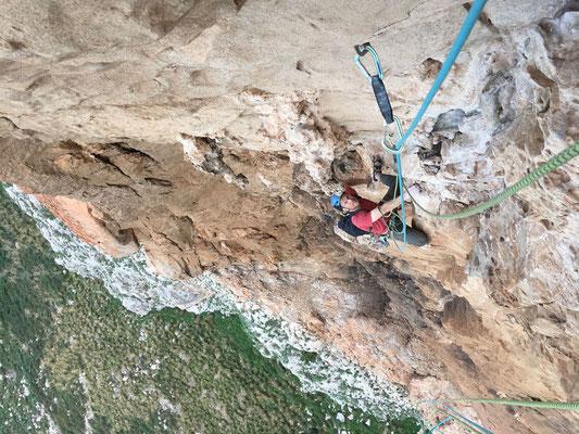 Peter im Nachstieg in der vierten Länge.