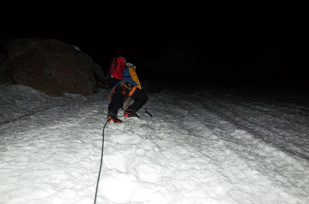Aufstieg durch den steilen Firn in Richtung Gipfel.