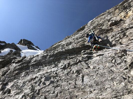 Einfache (ca. III.-IV. Grad), aber sehr brüchige Kletterpassage nach dem Schneeband, oben das Gipfelschneefeld.