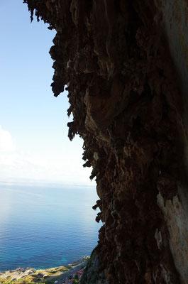 Ambiente mit den typischen Sinterstrukturen und dem Meer.