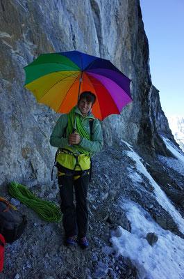 Der grosse Regenschirm: Farbig und etwas deplaziert, jedoch ausgesprochen praktisch für Aufnahmen am nassen Einstieg.