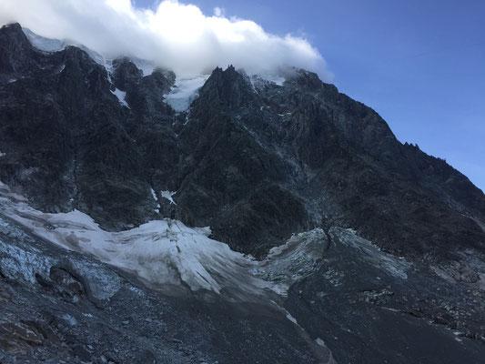 Zustieg zum Frendopfeiler (Bildmitte) über den Gletscher von links.