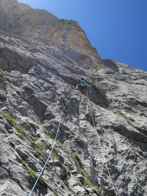 Mit zweimaligem Abseilen gelangt man in den zweiten Teil der Tour. Peter in der sechsten Länge. Diese ist prächtig, aber recht anspruchsvoll.