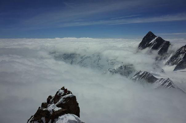 Abstieg, das Finsteraarhorn ragt aus dem Nebel