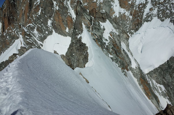 Eleganter Firngrat zwischen den beiden Gipfeln der Aiguille Blanche de Peuterey.