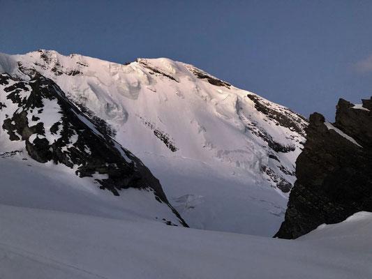 Blüemlisalp Nordwand im Morgenlicht.