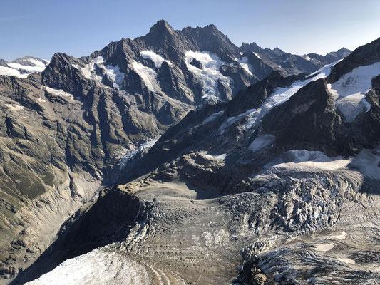 Schreck- und Lauteraarhorn während dem entspannten Flug zur Schreckhornhütte (Bildmitte, knapp ob schattigem Grat).