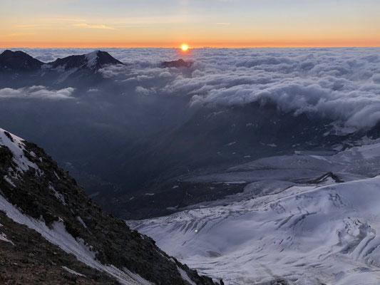 Ein Sonnenaufgang auf über 4000 Meter ist immer wieder faszinierend, besonders wenn man dazu noch ob einem Nebelmeer ist.