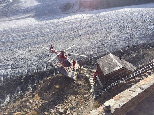 Rettungsaktion: Eine Gleitschirmpilotin wagte sich zu weit ins Gebirge und verletzte sich beim Landen im Steilhang nahe der Hütte.