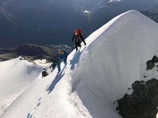 Tiefblick unmittelbar vor dem Gipfel der Lenzspitze.