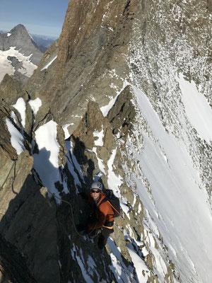 Zwei Tage vorher hats geschneit und am Vortag mussten die Bergsteiger mit Steigeisen bis aufs Schreckhorn klettern. Heute waren die Bedingungen jedoch wieder bestens und die schattseitigen Schneereste störten kaum.