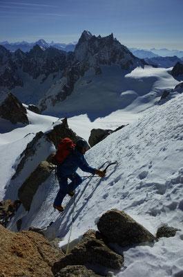 Hübsche Kletterei vor grossen Bergen - hinten der Grandes Jorasses.