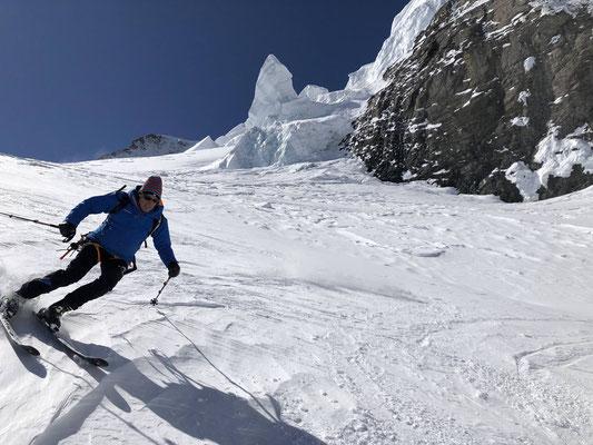Imposante Abfahrt durch vielfältige Gletscherformationen.