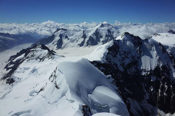 Blick Richtung Südwest, im Hintergrund das Aletschhorn.
