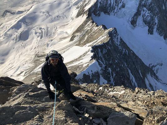 Kurz unter dem Gipfel wird das Gelände steil und gut gestuft; die Schwierigkeit bleibt moderat.