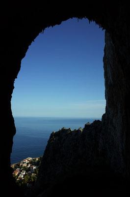 Blick aus der Grotte, die Route von 5 Seillängen ist 60m überhängend und führt durch den Scheitelpunkt oben im Bild.