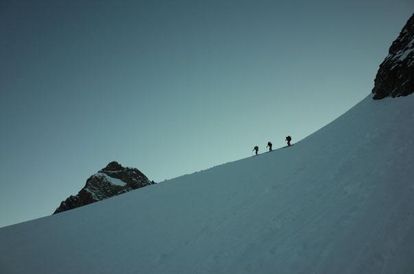 Aufstieg Strahleggpass, Sina mit ihrer Gruppe