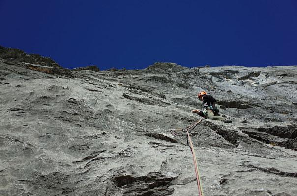 Schöne, kompakte Kletterei in der 3. Länge