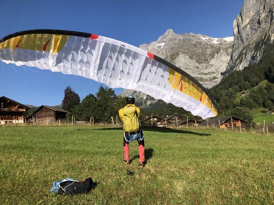 Nach der Landung in Grindelwald. Der ultraleichte Biplaceschirm besteht aus nicht viel mehr als aus einem Obersegel und Leinen. Das Ding fliegt trotzdem erstaunlich gut. (Foto: Beat R.)
