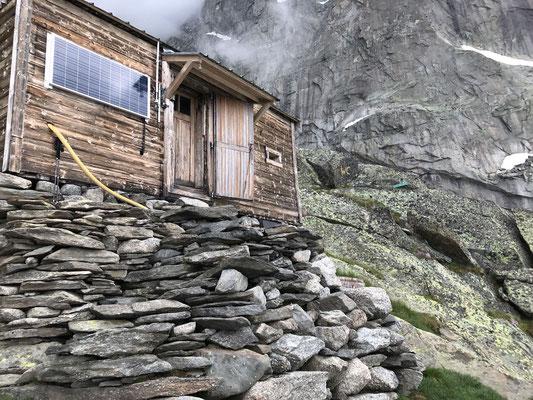 Die Charpouahütte - wohl eine der kleinsten, einfachsten und ursprünglichsten aller bewarteten Hütten. Rechts der Zugang zum Freiluft-WC, welches aus einer Steinplatte besteht.