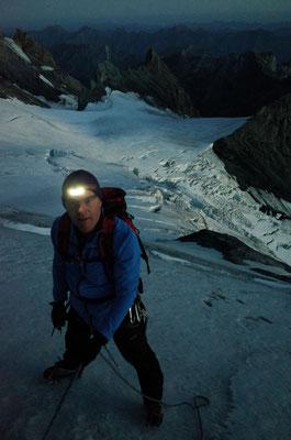 Bei Tagesanbruch im blanken Aufstieg aufs Morgenhorn