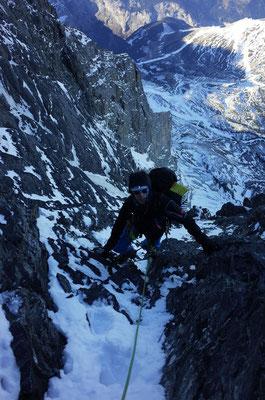 Julien klettert die letzten kombinierten Meter