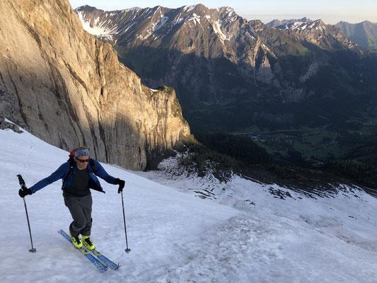 Ski-Aufstieg im Morgenlicht. (Foto: Manoach)