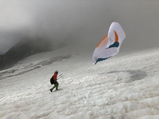 Start auf dem Gredetschgletscher auf ca. 3300m bei perfektem Aufwind.