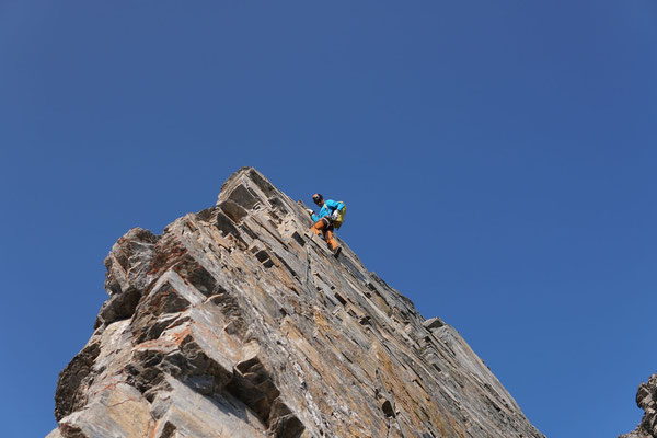 Peter an einem steilen, griffigen Turm. Foto: Nicola