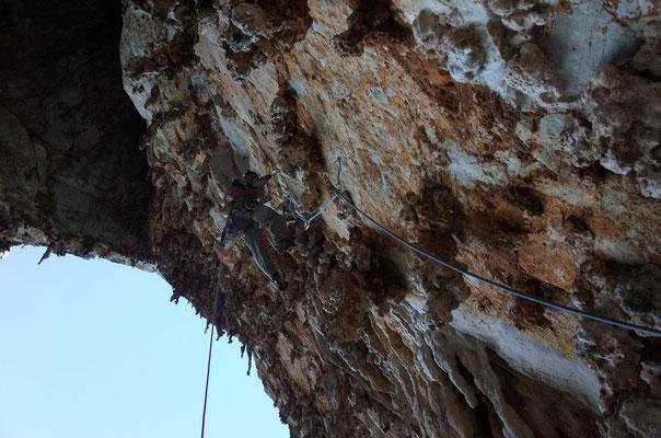 Mittels Bandschlingen, Cliffs und Camalots konnte man sich mit einigem Basteln meistens relativ gut provisorisch fixieren, um einen Bohrhaken zu setzen.