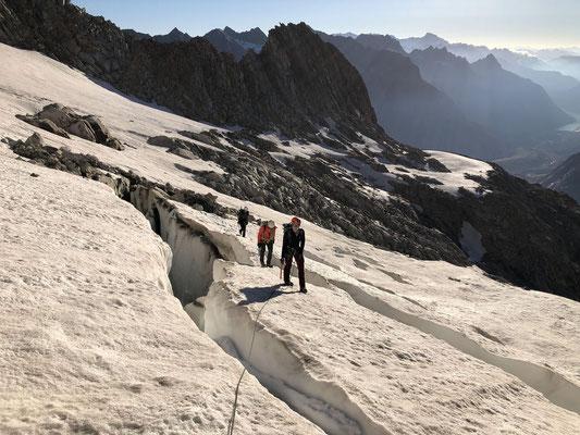 Klein, aber oho: Der kleine Kargletscher südlich vom Abschwunghorn hat einige ziemlich eindrückliche Löcher.