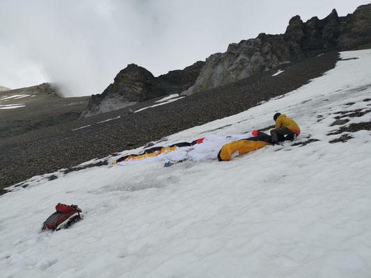 Peter bereitet auf ca. 2500 m den leichten Biplace-Gleitschirm vor.