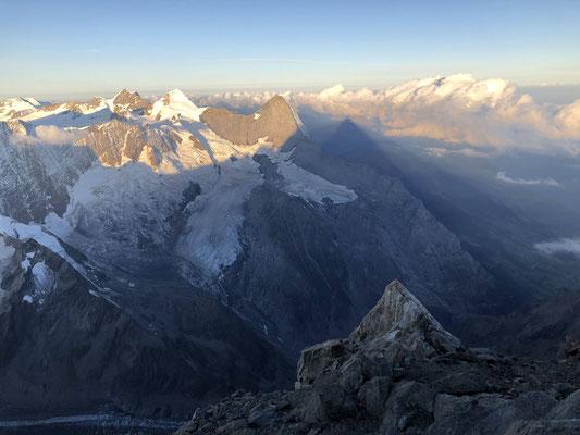 Sonnen-Schatten-Wolkenspiel vom Gipfel des Schreckhorns aus.
