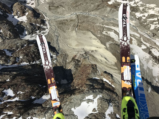 Vogelperspektive, zwischen den Skiern der lange (Fuss)-Zustieg (Bild: Rolf Z.)