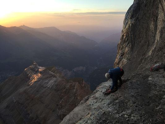 5.7.: Aufgrund der nassen Felsen biwakierten Rolf und Peter. Rolf baut sich einen bescheidenen Biwakplatz an der Klippe.