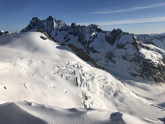 Nasse Strahlegg mit Finsteraargletscher, im Hintergrund Schreck- und Lauteraarhorn.