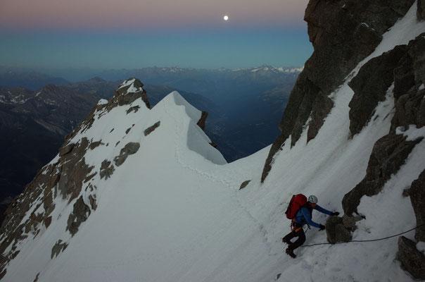 Stimmungsvolles Bergsteigen am Übergang in die Nacht.