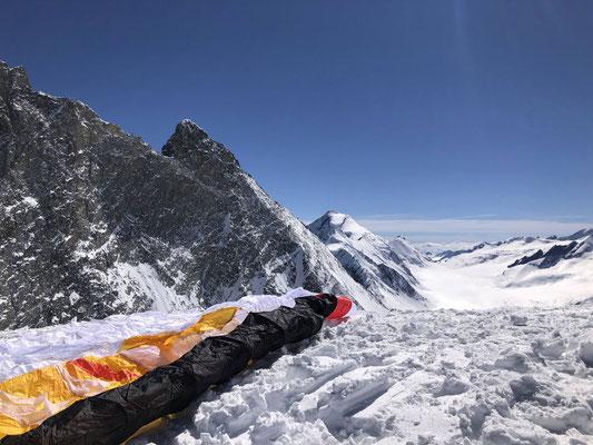 Der Biplace-Gleitschirm liegt bereit, im Hintergrund Aletschhorn und Lötschenlücke. (Foto: Beat)