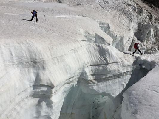 Schmale, ausgesetzte Brücke über eine riesige Spalte beim Abstieg zur Schreckhornhütte.