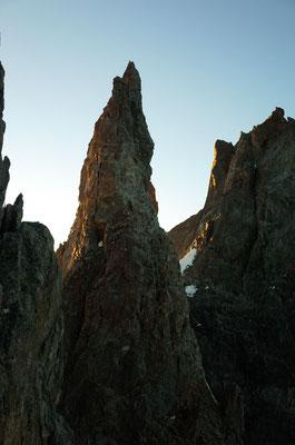 Die Isolée im Morgenlicht. Man seilt von der Schulter links vom Gipfel ab, dieser Abseilstand war in der Nacht nicht ganz einfach zu finden.