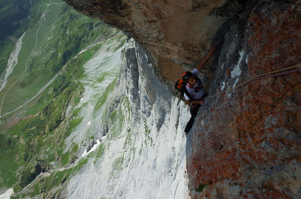 Nach dem Biwakband wird die Kletterei steil und athletisch.