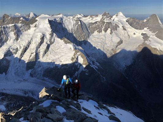 Christian und Gianna kommen auf dem Gipfel des Schreckhorns an.