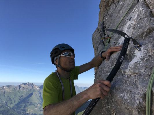 Peter missbraucht den Hochtourenpickel zum Setzen eines Bohrhakens für einen Abseilstand (Bild: Rolf).