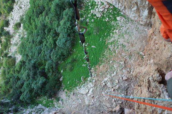 Mit zwei Seilen zu 80m und 50m, sowie dem Zusammenhängen sämtlicher Schlingen und Reepschnüre reichte es knapp vom dritten Stand runter. Die Alternative wäre ein weiter Fussmarsch zurück an den Wandfuss gewesen.