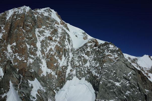 Blick zum Mont Blanc. Die Route führte über den Bergschrund, dann Traverse nach rechts und via den stumpfen Grat auf den Grand Pillier d'Angle. Dann nach links durch den steilen Firn auf den Mont Blanc de Courmayeur.
