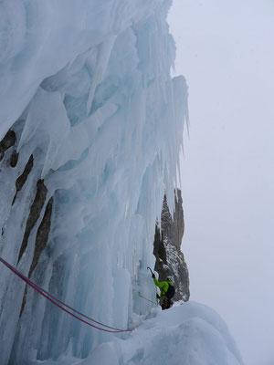 Eiskunst beim Einstieg in die dritte Länge.