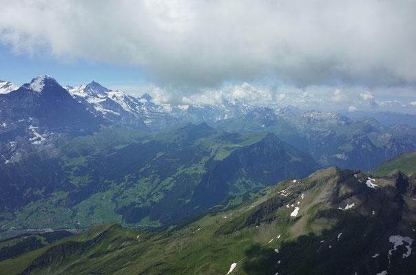 In der Bildmitte das Lauberhorn, links davon die kleine Scheidegg und der Eiger.