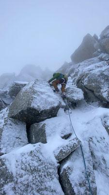 Die Kletterei war immer noch hübsch, aber einen Zacken anspruchsvoller als bei trockenem Fels. (Foto: Michaela).