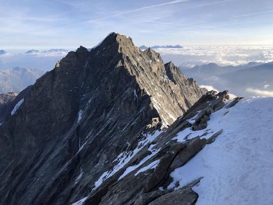 Richtung Norden dominiert der Dom, rechts daneben sieht man die Lenzspitze.