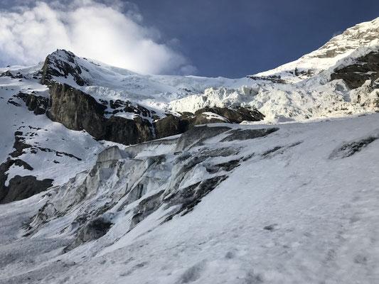 Serac auf ca. 2450 m. Man muss von rechts nach links über die Terasse in der Bildmitte und ist dort exponiert. Zügig passieren, um das Restrisiko in akzeptablem Rahem zu halten.